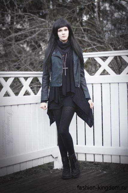 Юбка-мини черного тона в готическом стиле сочетается с длинным кардиганом, кожаной курткой и ботинками черного цвета.