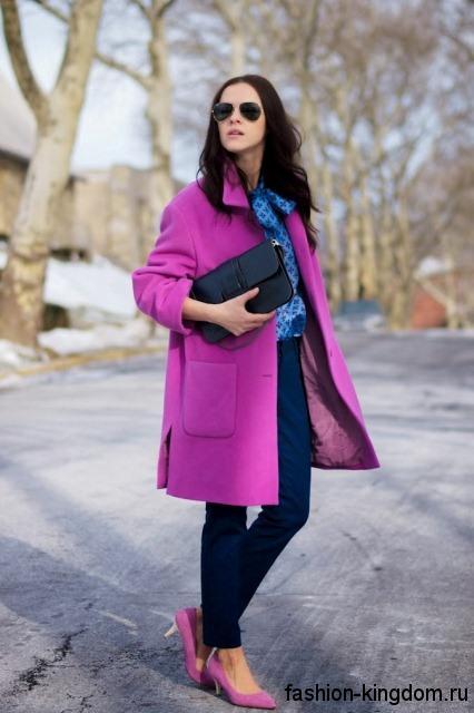 Демисезонное пальто цвета фуксия и классические синие брюки для цветотипа внешности зима.