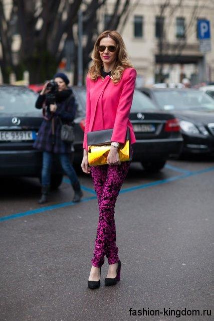 Узкие брюки черно-розового тона и блузка розового цвета для весеннего цветотипа внешности.