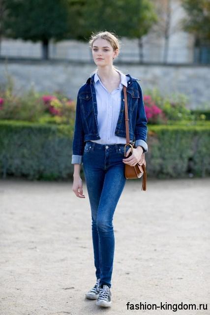 Узкие джинсы и короткая джинсовая куртка синего цвета для летнего цветотипа внешности.