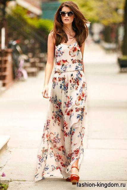 Летнее длинное платье молочного тона с цветочным принтом для цветотипа внешности осень.