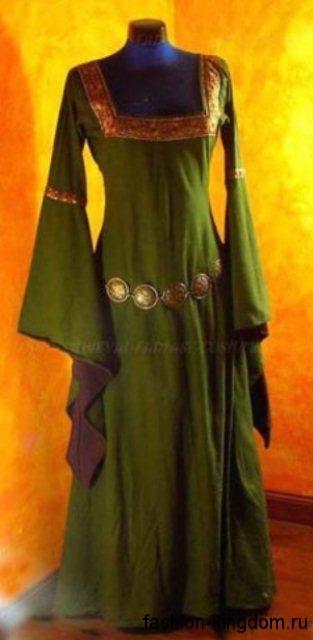 Платье в пол в готическом стиле зеленого цвета, полуприталенного фасона, с расклешенными рукавами и золотистыми вставками.