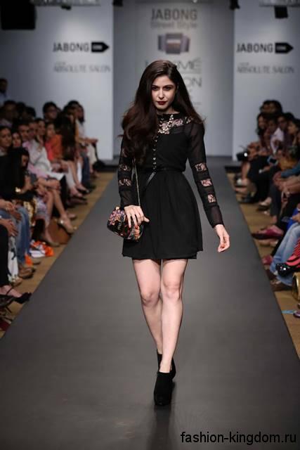 Коктейльное платье черного цвета в готическом стиле, выше колен, с ажурными вставками и длинными рукавами.