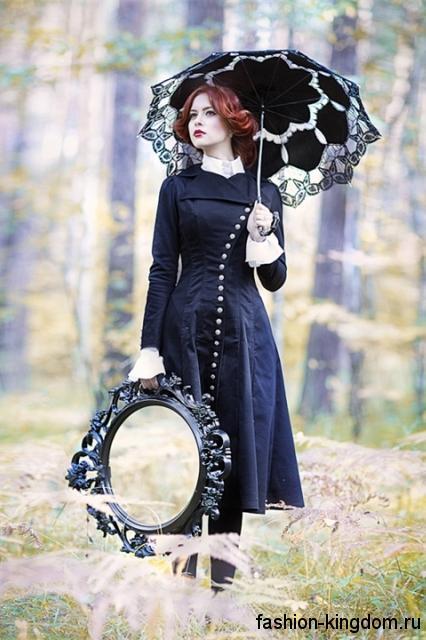 Платье-миди черного цвета в готическом стиле, с длинными рукавами сочетается с ажурным черным зонтом.