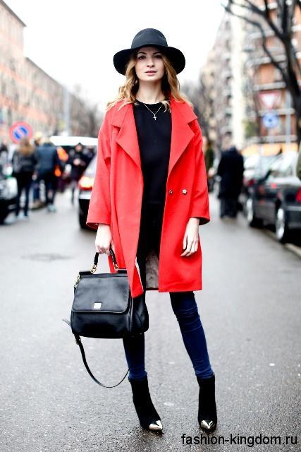 Осенне пальто красного цвета и туника черного тона для цветотипа внешности весна.