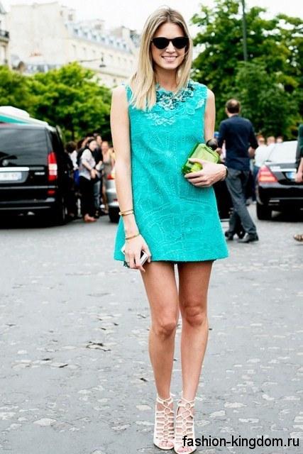 Короткое платье бирюзового цвета и белые босоножки для цветотипа внешности лето.