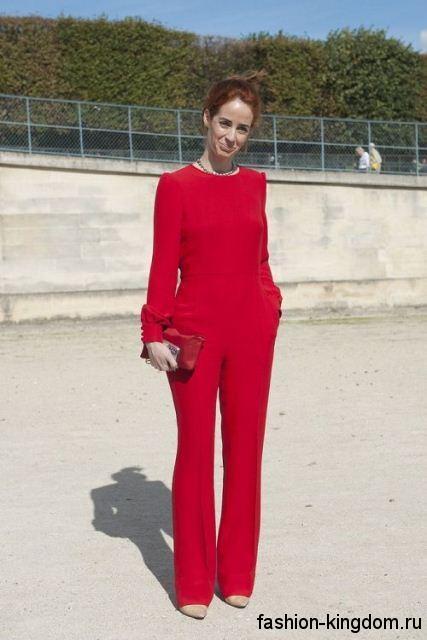 Классические брюки и блузка красного цвета для осеннего цветотипа внешности.