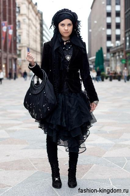 Пышное черное платье в готическом стиле в тандеме с жакетом, высокими сапогами и аксессуарами черного цвета.