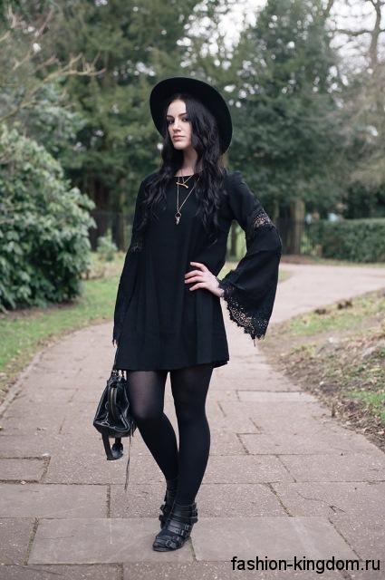 Короткое черное платье свободного кроя, с длинными расклешенными рукавами в готическом стиле носят со шляпой и серебряными украшениями.