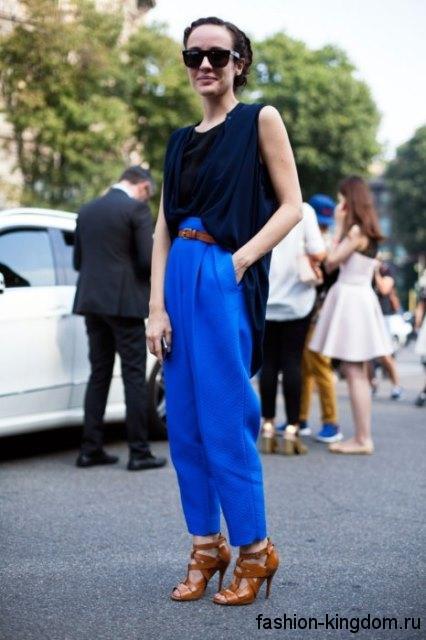 Брюки синего цвета и асимметричная блузка полуночно-синего тона для цветотипа внешности зима.