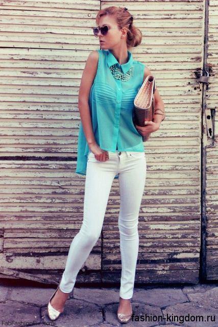 Узкие белые брюки и шифоновая блузка бирюзового цвета для цветотипа внешности весна.