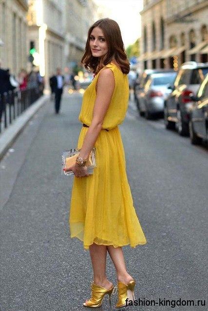 Шифоновое платье-миди желтого цвета без рукавов для цветотипа внешности осень.