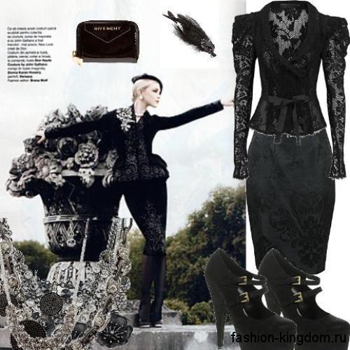 Ажурная черная блузка с глубоким вырезом в готическом стиле в тандеме с юбкой-карандаш и туфлями на высоком каблуке.