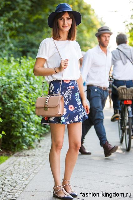 Юбка-мини синего тона с цветочным принтом и белая блузка для цветотипа внешности весна.