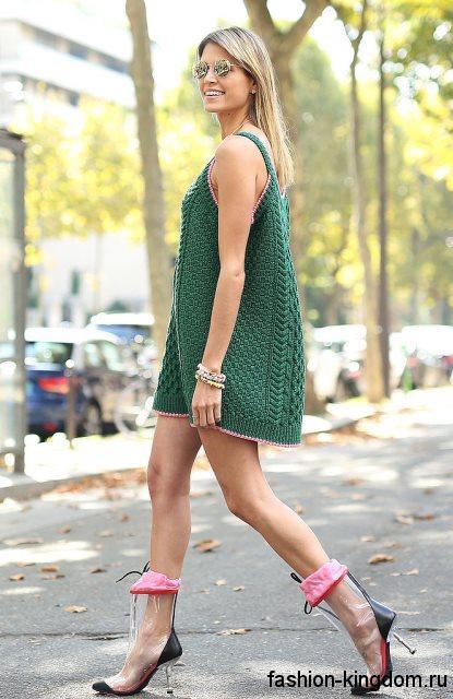 Короткое вязаное платье зеленого цвета без рукавов для летнего цветотипа внешности.