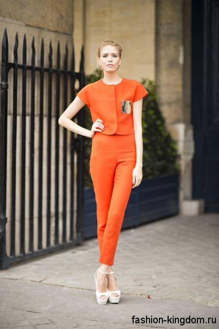 Летний брючный костюм оранжевого цвета для весеннего цветотипа внешности.