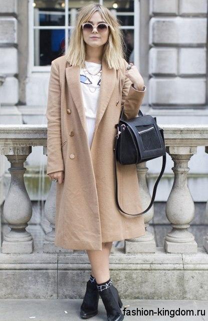 Осеннее пальто светло-коричневого цвета длиной миди для цветотипа внешности лето.