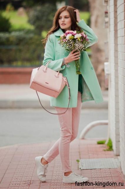 Узкие брюки светло-розового тона и короткое пальто мятного цвета для цветотипа внешности осень.