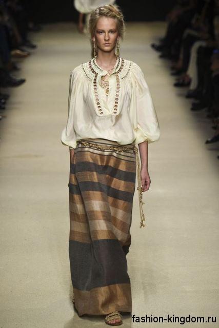 Длинная юбка коричнево-золотого цвета, свободного фасона сезона весна-лето 2016 от Alberta Ferretti.