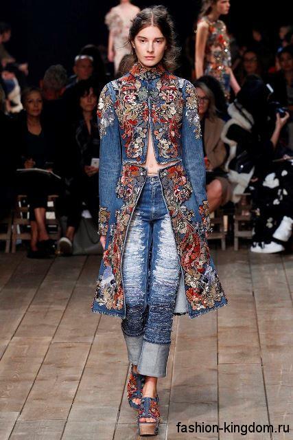 Женские джинсы прямого фасона, светло-синего тона, с потертостями сезона весна-лето 2016 от Alexander McQueen.