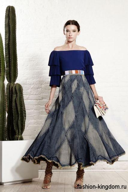 Джинсовая длинная юбка-трапеция синих оттенков, с металлическим поясом из коллекции весна-лето 2016 от Alice + Olivia.