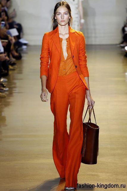 Брючный костюм оранжевого цвета, классического покроя из коллекции весна-лето 2016 от Altuzarra.