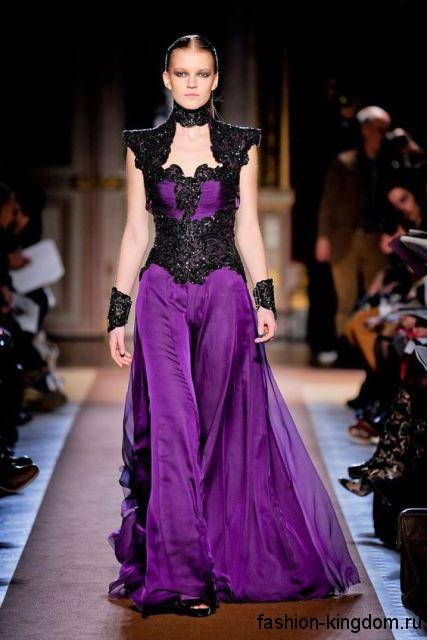 Длинное платье фиолетового цвета в готическом стиле, с корсетным верхом, декорированное черными вставками, от Andrew GN.