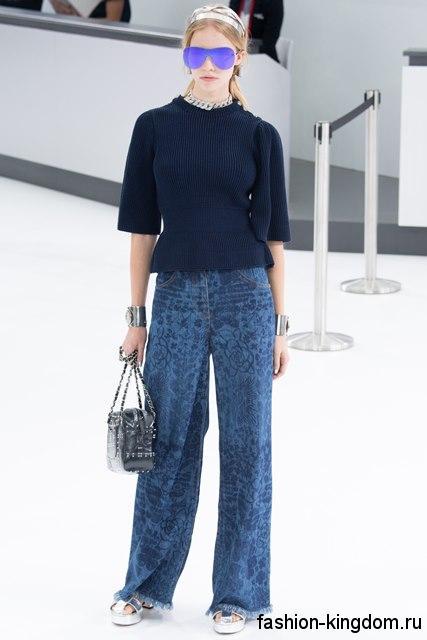 Широкие джинсы синего цвета, с растительным принтом из коллекции весна-лето 2016 от Chanel.