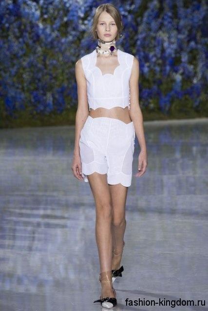 Летние белые шорты прямого кроя, с полупрозрачными вставками из коллекции весна-лето 2016 от Christian Dior.