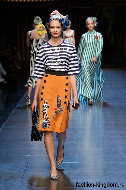 Юбка-карандаш оранжевого тона с рисунком и пуговицами, длиной до колен сезона весна-лето 2016 от Dolce & Gabbana.