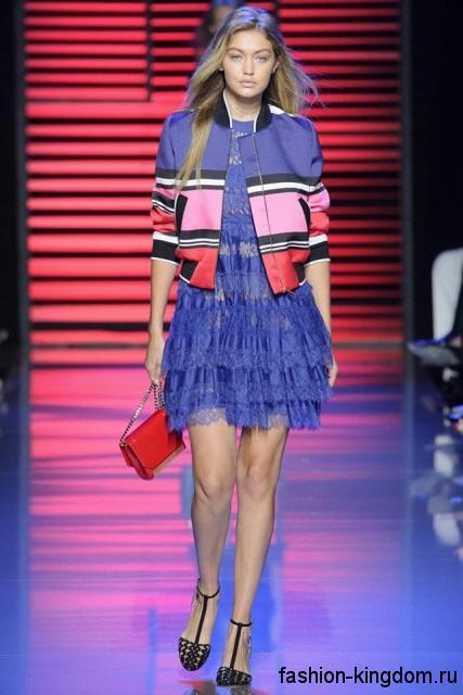 Ажурное синее платье полуприталенного фасона, длиной выше колен сезона весна-лето 2016 от Elie Saab.