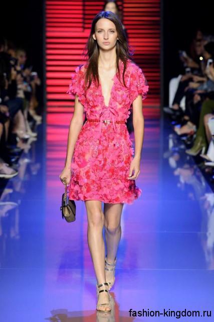 Праздничное платье розового цвета, длиной выше колен, с глубоким вырезом из коллекции весна-лето 2016 от Elie Saab.