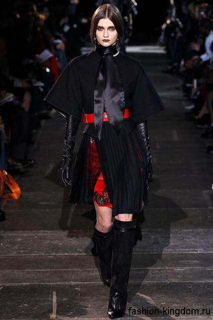 Демисезонное пальто черного цвета с укороченными рукавами в тандеме с высокими сапогами из коллекции Givenchy.