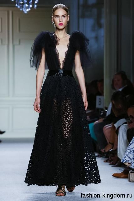 Длинное ажурное платье черного цвета, с глубоким V-образным вырезом из коллекции весна-лето 2016 от Marchesa.
