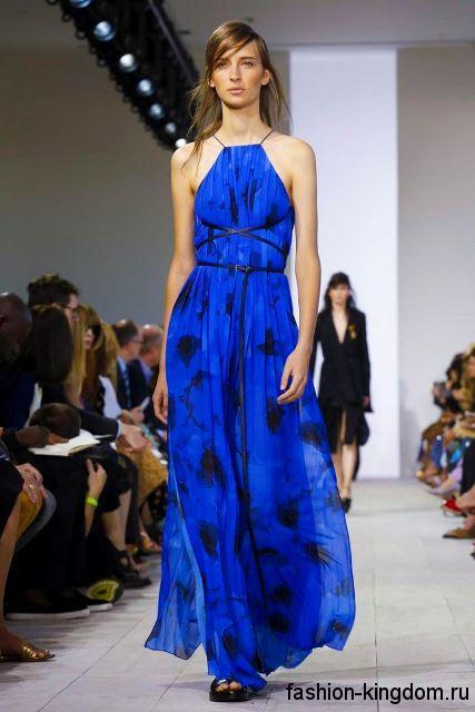 Длинное платье синего цвета с приталенным верхом, без рукавов из коллекции весна-лето 2016 от Michael Kors.