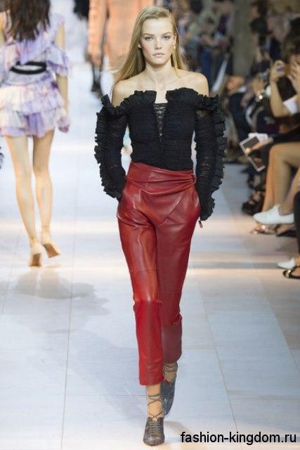 Укороченные кожаные брюки темно-красного цвета, с высокой талией сезона весна-лето 2016 от Roberto Cavalli.