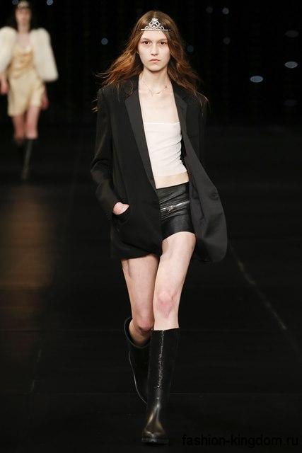 Женские короткие шорты черного цвета, облегающего фасона из коллекции весна-лето 2016 от Saint Laurent.