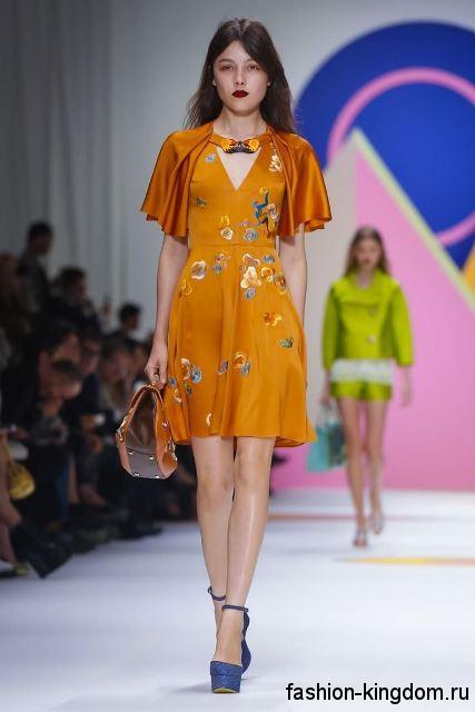 Повседневное платье оранжевого тона с цветочным рисунком, полуприталенного кроя сезона весна-лето 2016 от Shiatzy Chen.