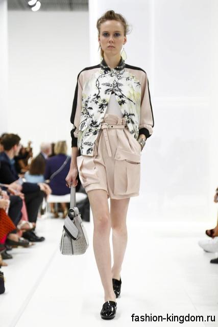 Бежевые шорты свободного покроя, с высоко талией, накладными карманами и ремешком сезона весна-лето 2016 от Tod's.