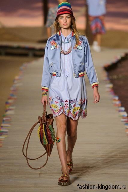Джинсовое платье свободного фасона, голубого тона с цветными вставками из коллекции весна-лето 2016 от Tommy Hilfiger.
