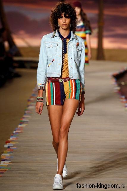Короткие разноцветные шорты в полоску, прямого силуэта, с тонким ремешком из коллекции весна-лето 2016 от Tommy Hilfiger.