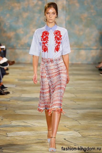 Приталенная юбка-карандаш бело-красного цвета в полоску, с бахромой сезона весна-лето 2016 от Tory Burch.