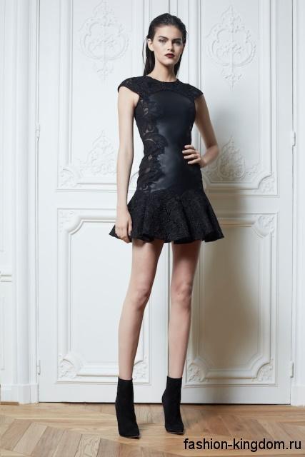 Короткое черное платье с пышкой юбкой в готическом стиле, без рукавов, украшенное ажурными вставками, от ZUHAIR MURAD.