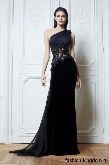 Длинное вечернее платье черного цвета на одно плече, с гипюровыми вставками на талии в готическом стиле от ZUHAIR MURAD.