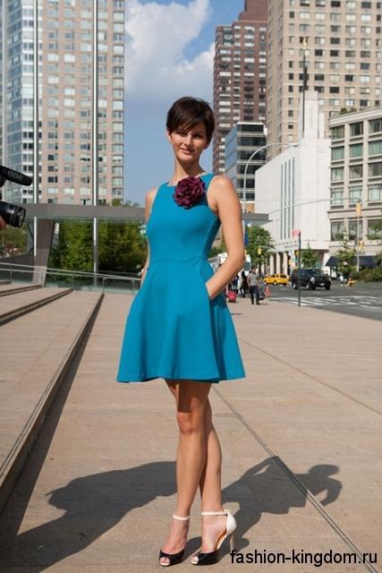 Короткое летнее платье бирюзового цвета, с широкой юбкой, без рукавов.