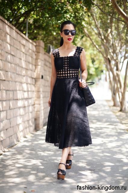 Кружевное летнее платье черного цвета, длиной ниже колен, полуприталенного кроя, без рукавов.