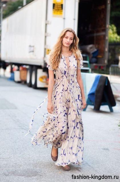 Длинное летнее платье бежевого цвета с рисунком, с акцентом на талии и короткими рукавами.