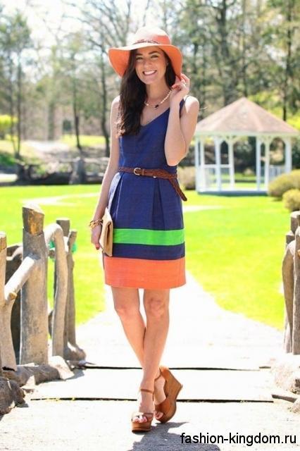 Летнее платье синего цвета с оранжевой и зеленой вставкой, приталенного кроя, длиной выше колен.