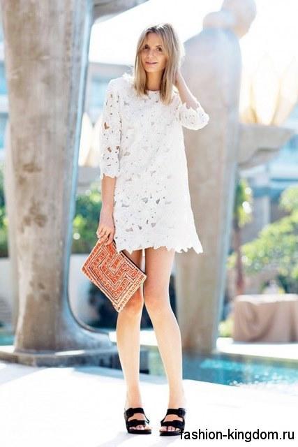 Ажурное летнее платье белого цвета, длиной мини, прямого кроя, с рукавами до локтей.