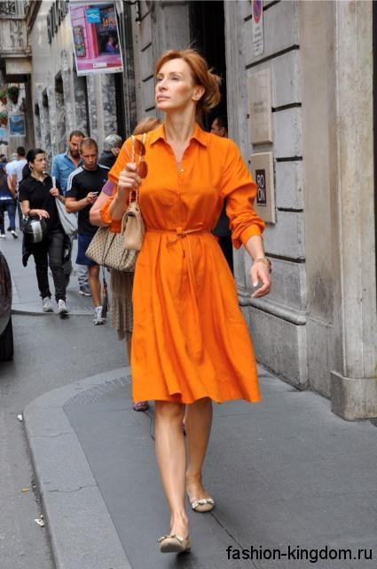 Летнее платье-миди оранжевого цвета, полуприталенного фасона, с длинными рукавами и отложным воротником.